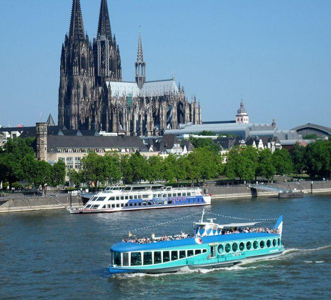 MS Moby Dick vor dem Kölner Dom