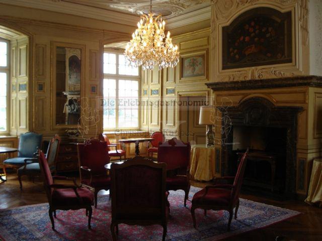Schloss Ehreshoven prunkvoller Saal mit Kronleuchter