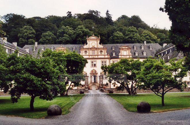 Schloss Ehreshoven Gang zum Schloss