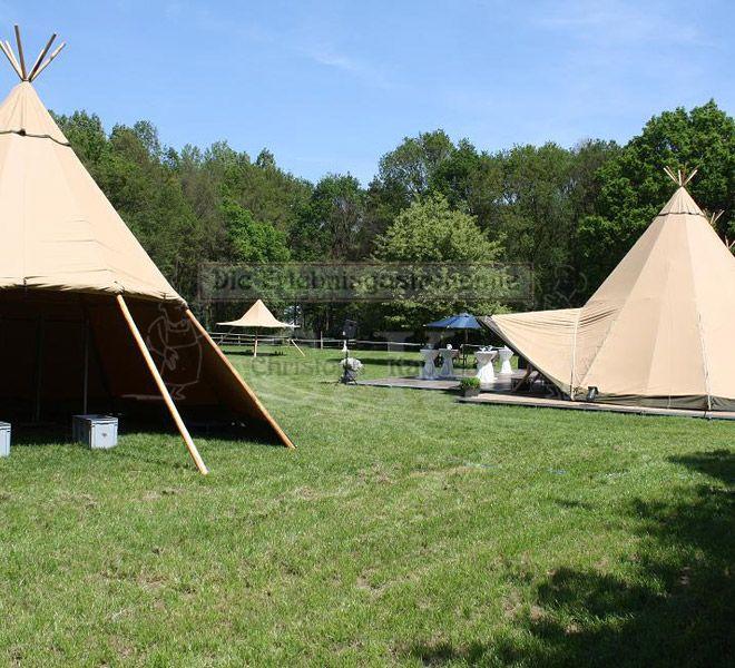 Tipi-Zelt auf grüner Wiese