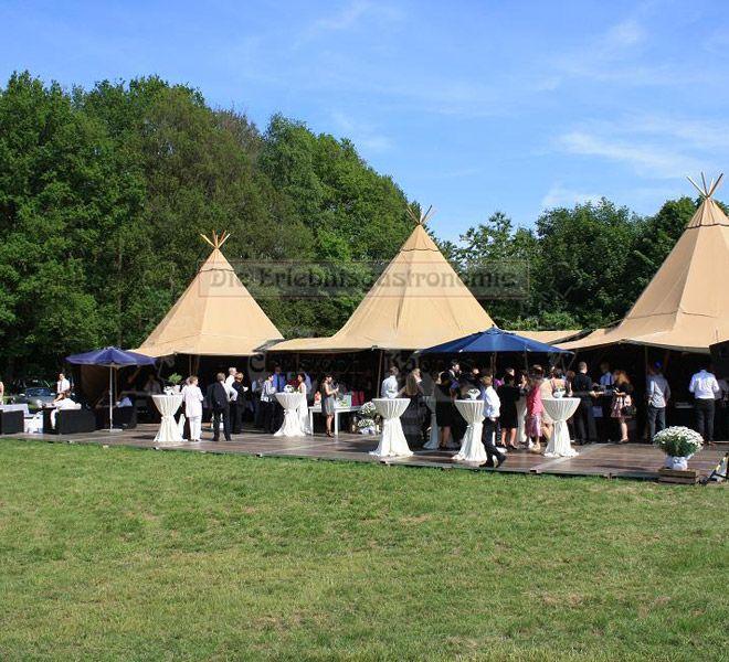 Tipi-Zelt Blick auf das Zelt mit Stehtischen