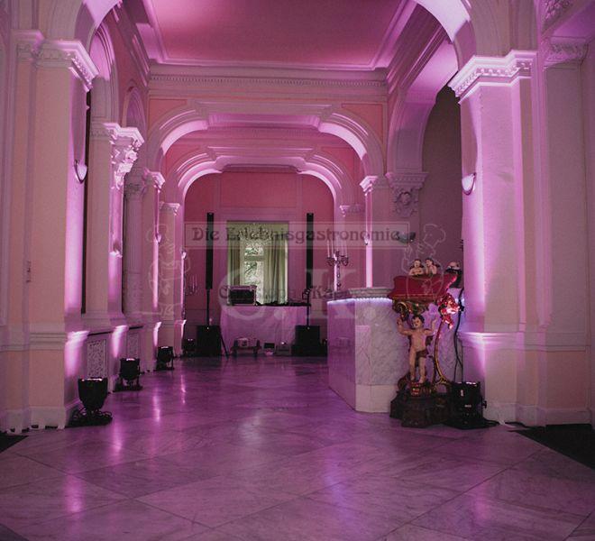 Villa Kalles stimmungsvoll beleuchteter Innenraum