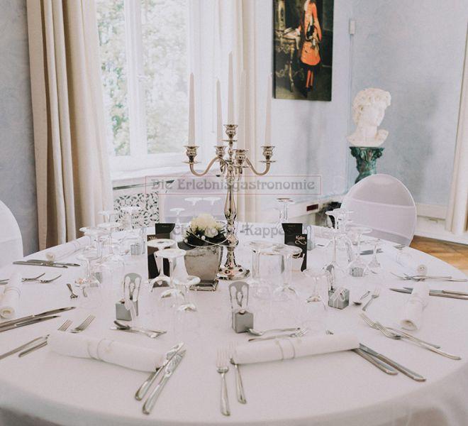Villa Kalles gedeckter, runder Tisch mit Kerzenständer