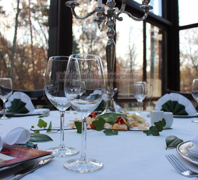 Bonngarten stilvoll gedeckter Tisch