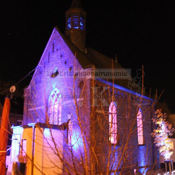 Eventkapelle stimmungsvoll beleuchtet bei Nacht