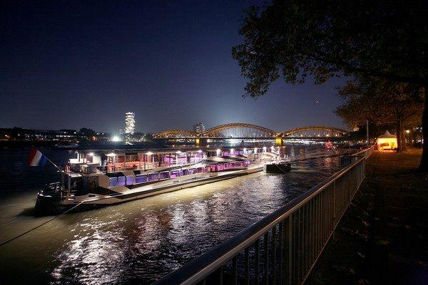 Pure Liner im Hafen liegend bei Nacht