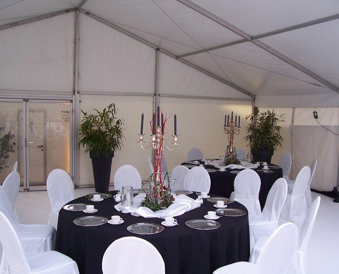 Zelt mit rundem Tisch