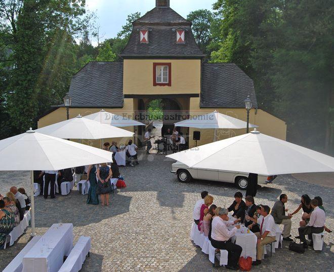 Schloss Eulenbroich Innenhof mit Festgesellschaft