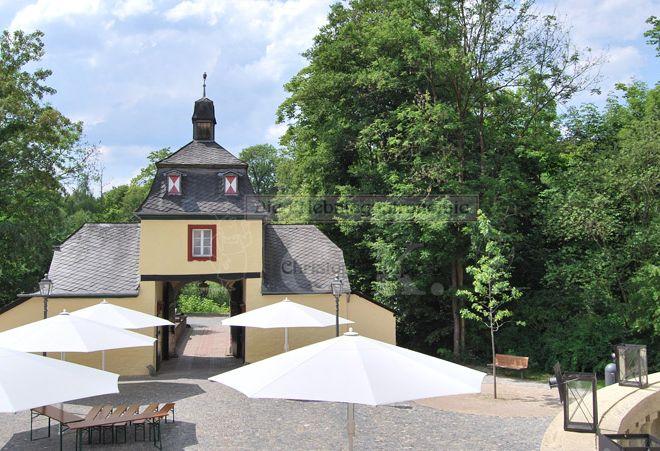 Schloss Eulenbroich Innenhof mit Sonnenschirmen