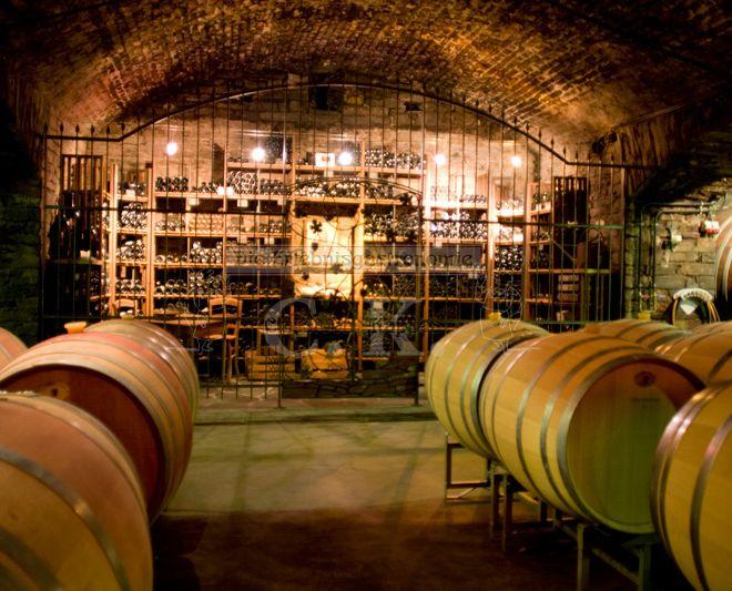 Weinkeller mit Weinfässern und Lagerung der Flaschen