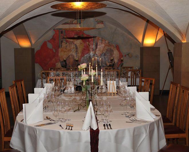Weinkeller mit langer Tafel