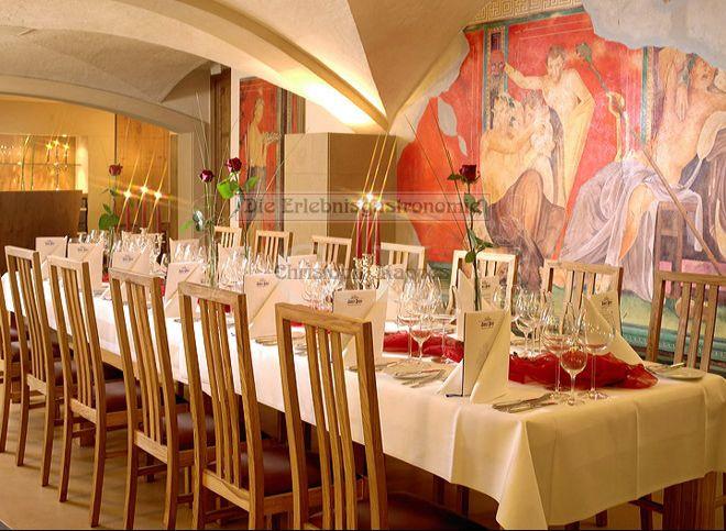 Weinkeller mit gedecktem Tisch