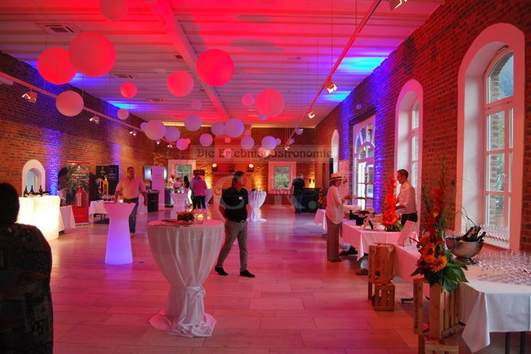 Stehtische und stimmungsvolles Licht in der Veranstaltungs-Location