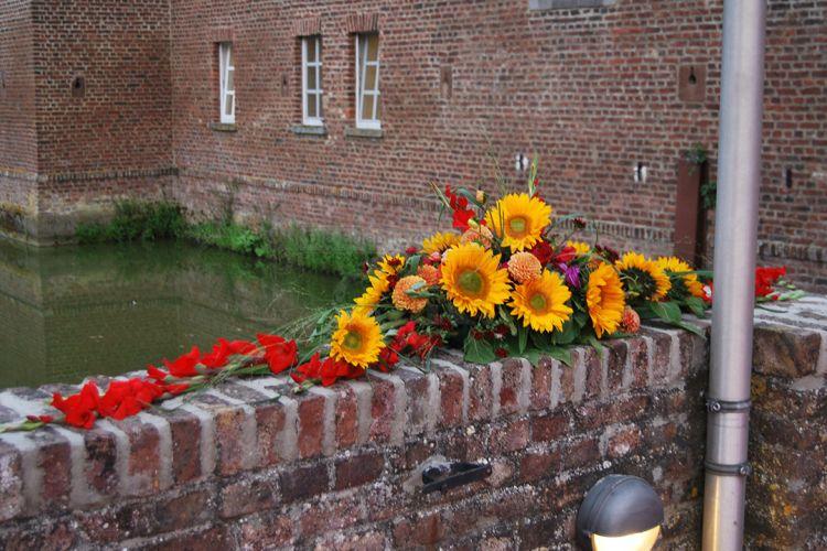 Mit Blumen dekorierte Location