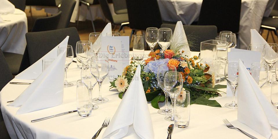 Gedeckter Tisch mit Blumenbouqet