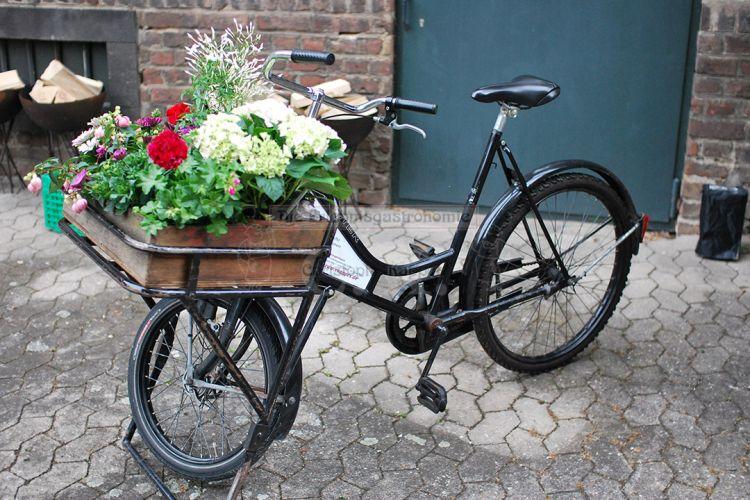 Dekoratives Fahrrad mit Blumen