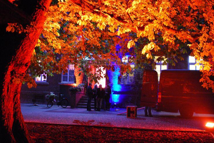 Außenbereich Veranstaltungslocation in stimmungsvoller Beleuchtung
