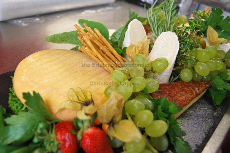 Käseauswahl mit frischem Obst
